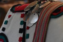 Tradycyjny odzieżowy i biżuteria Serbski folklor zdjęcie royalty free
