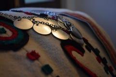Tradycyjny odzieżowy i biżuteria Serbski folklor zdjęcie stock