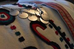 Tradycyjny odzieżowy i biżuteria Serbski folklor zdjęcia stock