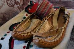 Tradycyjny odzieżowy, obuwie i biżuteria Serbski folklor obraz stock
