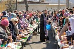 Tradycyjny ortodoksyjny paschalny rytuał - ksiądz błogosławi Easter jajko Zdjęcie Stock
