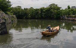 Tradycyjny pławik z grupą turyści i przewdonik w Wewnętrznej fosie Himeji Roszujemy Himeji, Hyogo, Japonia, Azja fotografia stock