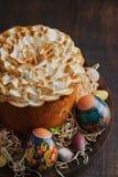 Tradycyjny Prawosławny Wielkanocny chleb kulich na ciemnym nieociosanym tle kosmos kopii obrazy royalty free