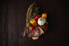 Tradycyjny prosty posiłku ustawianie z mięsem i warzywami obraz royalty free