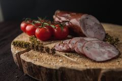 Tradycyjny prosty posiłku ustawianie z mięsem i warzywami fotografia stock