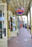 Tradycyjny przejście korytarza projekt z Bubba Gump Krewetkowymi restauracjami podpisuje wzdłuż Decatur ulicy w dzielnicie francu obrazy royalty free
