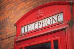 Tradycyjny rocznik czerwieni K6 telefoniczny kiosk obrazy stock