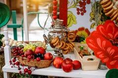 Tradycyjny rosjanin Tea Party wliczając gorącej czarnej herbaty od samowara, gomółka cukieru, chrupnięć bagels sushki i baranek, fotografia stock