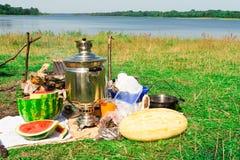 Tradycyjny Rosyjski pinkin na jeziornym brzeg Zdjęcia Stock