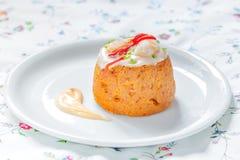 Tradycyjny Rybi tort Morszczuka tort z pomidorem, garnelami i sałatkową śmietanką, Zdjęcie Royalty Free