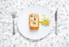 Tradycyjny Rybi tort Morszczuka tort z pomidoru, garneli, szczypiorku i sałatki śmietanką na kwiatu stołowym płótnie, Odgórny wid Zdjęcie Stock
