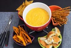 Tradycyjny set naczynia dla serowego fondue z chlebowym baguet, Zdjęcie Stock