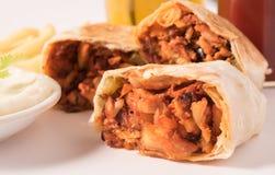 Tradycyjny shawarma opakunek z kurczakiem, warzywami, francuzów dłoniakami, koktajlem i czosnek pastą w białym talerzu, Zdjęcia Stock