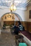 Tradycyjny sklep z kawą w Kairouan, Tunezja obrazy stock