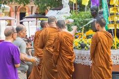Tradycyjny Songkran festiwal przy nalewa wodę na Buddha imago Zdjęcie Stock