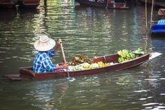 Tradycyjny spławowy rynek w Damnoen Saduak blisko Bangkok obraz royalty free