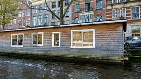 Tradycyjny Sp?awowy ??dkowaty dom w Amsterdam kana?ach holandie, Pa?dziernik 13, 2017 fotografia royalty free