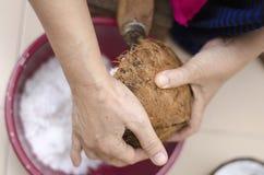 Tradycyjny sposób, gospodyni domowa siedzi na drewnianym kokosowym grater i kratownicy koksie zdjęcie royalty free