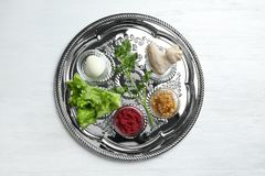 Tradycyjny srebny talerz z symbolicznym posiłkiem dla Passover Pesach Seder na drewnianym tle obraz royalty free