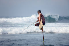 Tradycyjny Sri Lanka: stilt połów w ocean kipieli Zdjęcia Stock