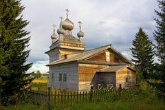 Tradycyjny stary drewniany kościół za ogrodzeniem Fotografia Royalty Free