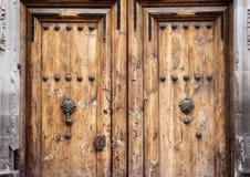 Tradycyjny stary nieociosany drewniany drzwi Obrazy Royalty Free