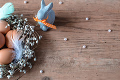 Tradycyjny symbol wielkanoc Brown jajka w śmiesznym Wielkanocnym ` s króliku i gniazdeczku Obrazy Royalty Free