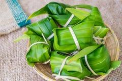 Tradycyjny Tajlandzki foodKhao Tom maty worka brązu tło Fotografia Stock