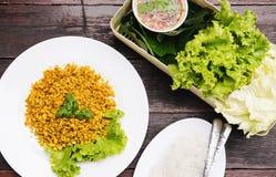 Tradycyjny Tajlandzki jedzenie, Rybi smażący z kurkumowymi zielarskimi serw z świeżym warzywem, cienki ryżowy kluski i owoce morz Zdjęcie Royalty Free