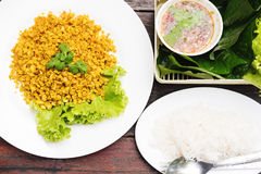 Tradycyjny Tajlandzki jedzenie, Rybi smażący z kurkumowymi zielarskimi serw z świeżym warzywem, cienki ryżowy kluski i owoce morz Obrazy Stock