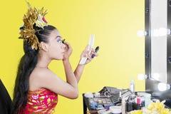 Tradycyjny tancerz robi makeup w studiu zdjęcie royalty free