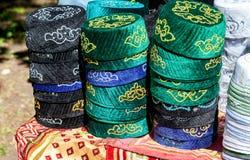 Tradycyjny tatar obywatel haftował jarmułki przygotowywać dla sprzedaży obrazy stock