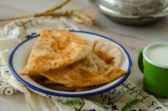 Tradycyjny turecki borek, ciborek na drewnianym stole, zdjęcia stock