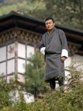 Tradycyjny turystyczny przewdonik jest ubranym jego krajową suknię dzwonił Gho Fotografia Stock