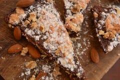 Tradycyjny włocha torta sbriolata deser z migdałów orzechów włoskich kakaowym białym cukierem obraz royalty free