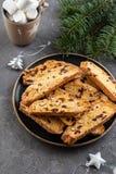 Tradycyjny włoski ciastka biscotti z wysuszonym cranberry i dokrętkami bożych narodzeń ciastek znaleziska wizerunki patrzeją więc zdjęcie royalty free