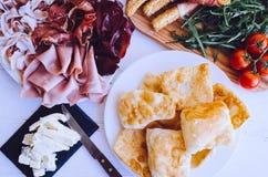 Tradycyjny Włoski zakąski crescentine fritte obrazy stock