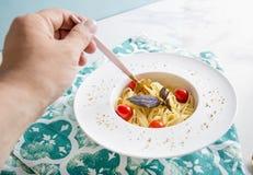 Tradycyjny włoski makaron z pomidorami i basilem w talerzu z rozwidleniem Fotografia Stock