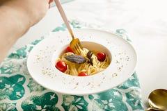 Tradycyjny włoski makaron z pomidorami i basilem w talerzu z rozwidleniem Zdjęcia Royalty Free
