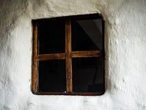 Tradycyjny, wiejski domowy okno, biel ściana Zdjęcie Royalty Free