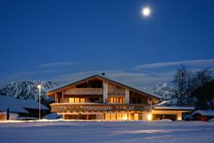 Tradycyjny wiejski drewniany dom przy blask księżyca obrazy royalty free