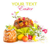 Tradycyjny wielkanoc tort i kolorowi malujący jajka obraz stock