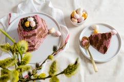 Tradycyjny Wielkanocny cha?upa sera deser na ?wi?tecznym stole z bukietem wierzba Odg?rny widok Wielkanocna karta, Easter jajka fotografia stock