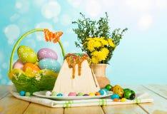 Tradycyjny Wielkanocny cheesecake deser, Wielkanocni jajka w koszu, fl obraz royalty free