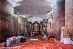 Tradycyjny wino loch z baryłkami w disrepair fotografia stock