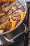 Tradycyjny wołowina rosół z warzywem, kościami i składnikami w garnku, kulinarny przepis Fotografia Royalty Free