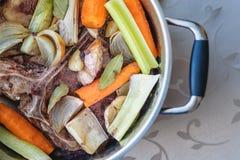 Tradycyjny wołowina rosół z warzywem, kościami i składnikami w garnku, kulinarny przepis Fotografia Stock