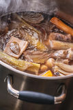 Tradycyjny wołowina rosół z warzywem, kościami i składnikami w garnku, kulinarny przepis Zdjęcie Royalty Free