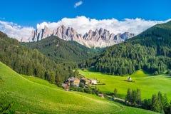 Tradycyjny wysokogórski St Johann kościół w Val di Funes dolinie, Santa Maddalena turystyczna wioska, dolomity, Włochy Zdjęcie Royalty Free