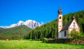 Tradycyjny wysokogórski St Johann kościół w Val di Funes dolinie, Santa Maddalena turystyczna wioska, dolomity, Włochy Obrazy Stock